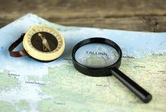 指南针和放大镜在地图爱沙尼亚 库存照片
