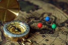 指南针和笔记本在葡萄酒世界地图,旅途概念,拷贝空间 免版税图库摄影