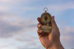 指南针在自然背景的手上 免版税库存照片