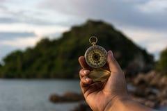 指南针在自然背景的手上 免版税图库摄影