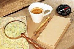 指南针放大器葡萄酒笔记薄金笔咖啡杯木头表 库存图片