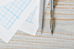 指南针特写镜头视图在座标图纸的 免版税图库摄影