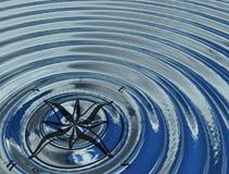 指南针(风上升了)在水中 免版税库存图片