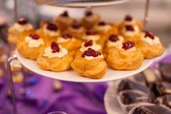 指叉,乳蛋糕结块,甜假日自助餐用的杯形蛋糕 免版税库存照片