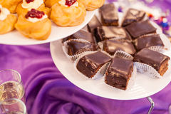 指叉,乳蛋糕结块,甜假日自助餐用的杯形蛋糕 免版税库存图片