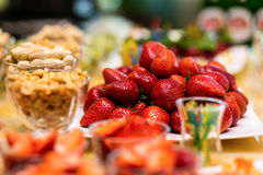 指叉,乳蛋糕结块,甜假日自助餐用的杯形蛋糕 免版税图库摄影