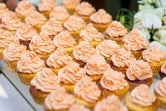 指叉,乳蛋糕结块,甜假日自助餐用的杯形蛋糕 库存图片