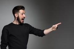 指向一个好主意-在灰色的激动的人 免版税库存图片