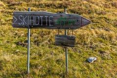 指向一个开放滑雪避难所的标志 免版税库存图片