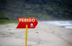 指向一个海滩的危险标志在巴西 图库摄影