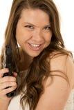 指向一黑手枪微笑的逗人喜爱的深色的妇女 免版税库存图片
