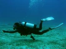 指向下潜女性的重要资料在水面下 库存图片