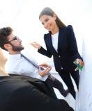指向与在flipchart的一个标志的女商人 免版税图库摄影