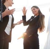 指向与在flipchart的一个标志的女商人 图库摄影