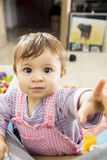 指向与开敞眼睛的照相机的婴孩 免版税库存照片