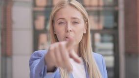 指向与手指的年轻女实业家室外 股票视频
