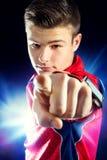 指向与手指的青少年的健身男孩 免版税图库摄影