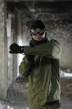 指向与枪的年轻战士画象 免版税库存照片