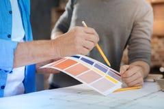 指向与铅笔的颜色图表的男性手 库存图片