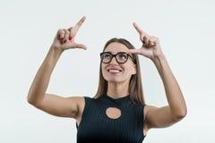指向他的在抽象轻的背景的女实业家手指,接触在一个抽象屏幕上的一个数字式按钮,真正接口, 免版税库存照片