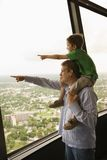 指向儿子的父亲 免版税库存图片