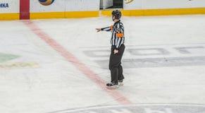 指向决定的冰球裁判员 库存图片