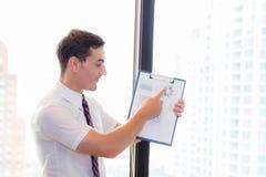 指向分析金融市场图礼物的亚洲商人 免版税库存图片
