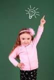 指向向上在演播室的小女孩 免版税图库摄影