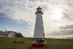 指向呆板的灯塔、裴和老木划艇 免版税图库摄影