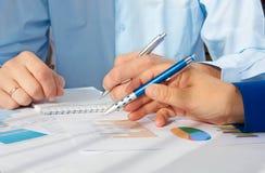 指向商业文件的男性手的图象在讨论时在会议上 免版税库存图片