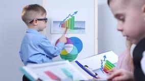 指向图的小商人,坐在孩子旁边和考虑图 影视素材