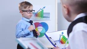 指向图的小商人,坐在孩子旁边和考虑图 股票视频