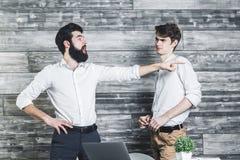 指向在办公室的英俊的busiessmen 库存图片