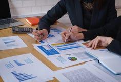 指向在商业文件的女实业家笔候选会议地点 讨论和分析显示结果的数据图和图表 库存照片