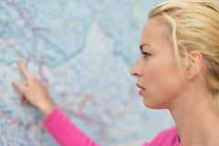 指向在地图的妇女 免版税库存照片