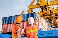 指向在容器控制的码头工人手指  库存图片