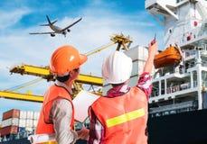 指向在容器装货控制的码头工人手指在a的 免版税图库摄影