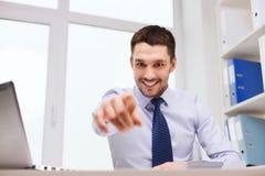 指向在您的愉快的商人在办公室 库存照片
