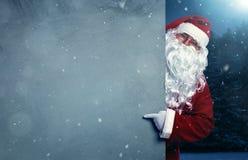 指向在横幅的圣诞老人 免版税库存图片