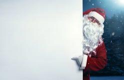 指向在横幅的圣诞老人 免版税图库摄影