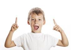 指向在演播室的小逗人喜爱的男孩隔绝了得紧密 免版税库存图片
