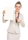 指向在白纸板料的愉快的女商人 免版税图库摄影