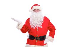 指向在白色空白的标志的亲切的圣诞老人,隔绝在白色背景 免版税库存照片