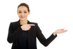 指向在空的手上的女实业家 免版税库存照片