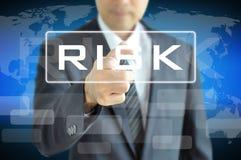 指向在虚屏上的风险词的商人手 免版税库存照片
