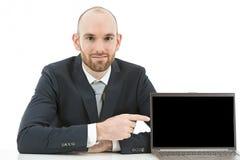 指向在他的膝上型计算机的拷贝空间的商人 免版税库存照片