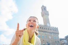 指向在palazzo vecchio,意大利前面的妇女 图库摄影