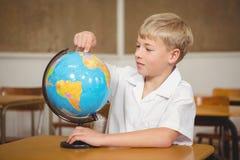 指向地球的一个地方的学生 免版税库存照片
