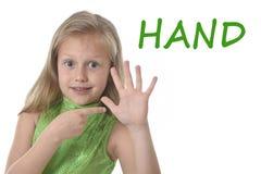 指向她的在身体局部的逗人喜爱的小女孩手学会英国词学校 免版税库存照片