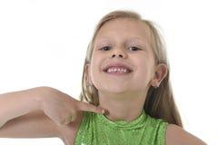 指向她的在身体局部的逗人喜爱的小女孩脖子学会学校绘制serie图表 免版税库存照片